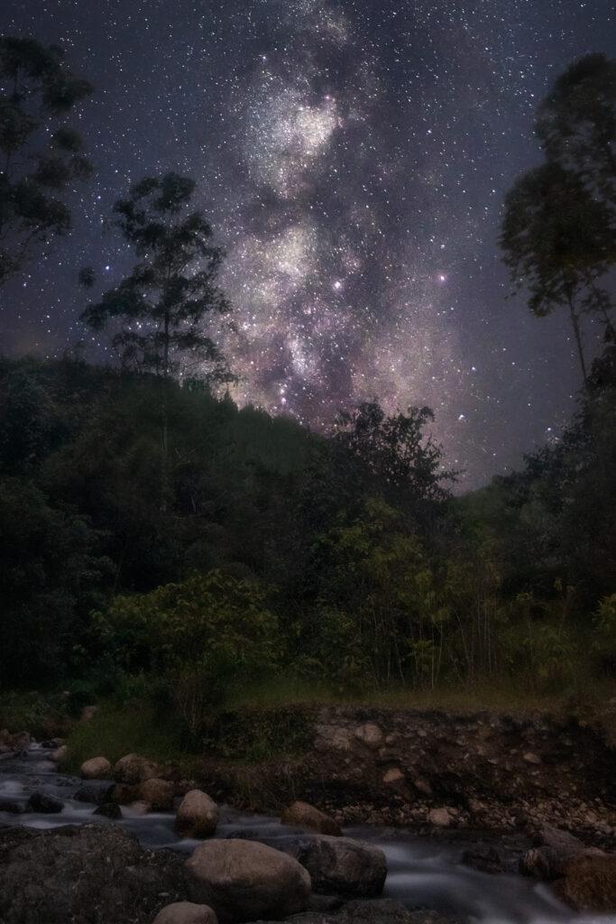 Vía láctea sobre el rio Medellín
