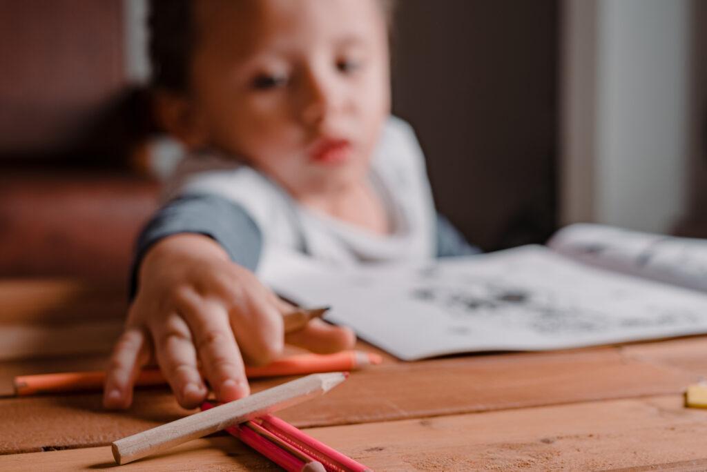 Pintando su libro de dibujos