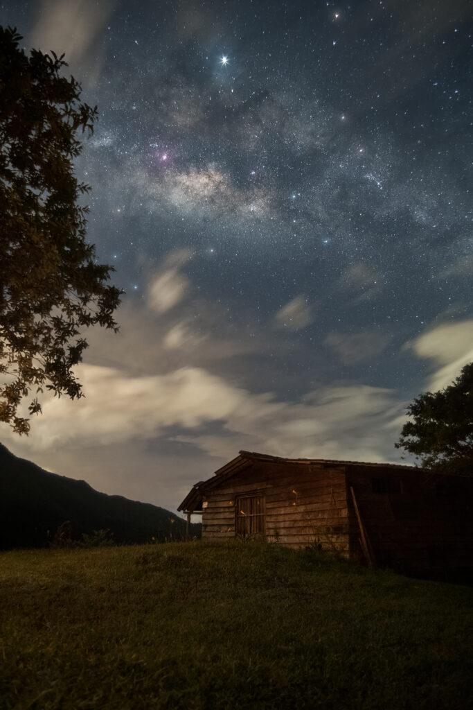 Una casita debajo de las estrellas.